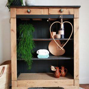 Des années 40-50, cet ancien bahut rétro en bois est un chouette produit vintage facile à adopter.