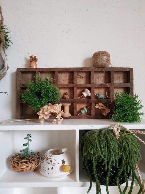Ces petits objets de rangements en bois anciens et remplis de charme nous amusent et nous donnent envie de ranger avec plaisir.