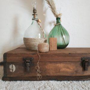 Nous aimons imaginer cette malle en bois vintage reprendre du service dans une chambre d'enfant pour y ranger tous ses jouets elle sera également idéale en bout de lit pour y ranger du linge, en bout de canapé pour devenir table d'appoint ou table de chevet.