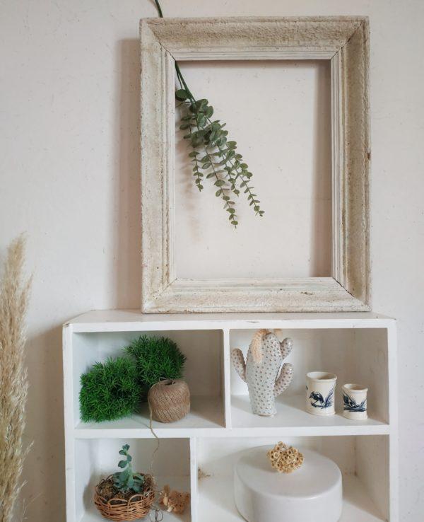 Ce cadre ancien est en bois et offre un travail sublime et raffiné.