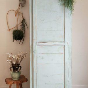 Cette armoire d'école ancienne est un meuble de brocante comme on les aime.
