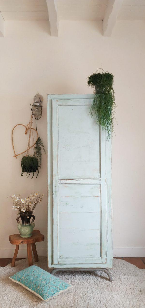 Dans l'entrée, dans une chambre d'enfant ou d'adulte, dans la salle de bain, cette armoire d'école vintage affichera douceur et délicatesse.