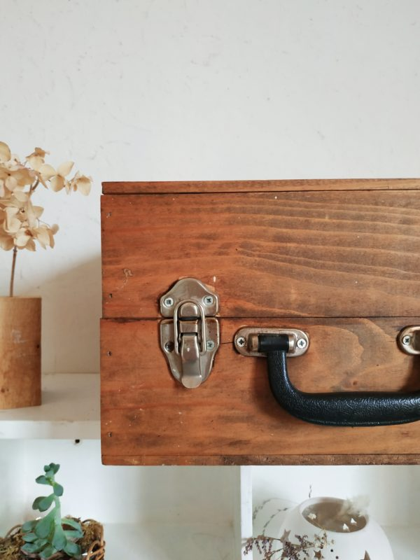 Chouette petite malle en bois arborant une teinte patinée rassurante et douce.