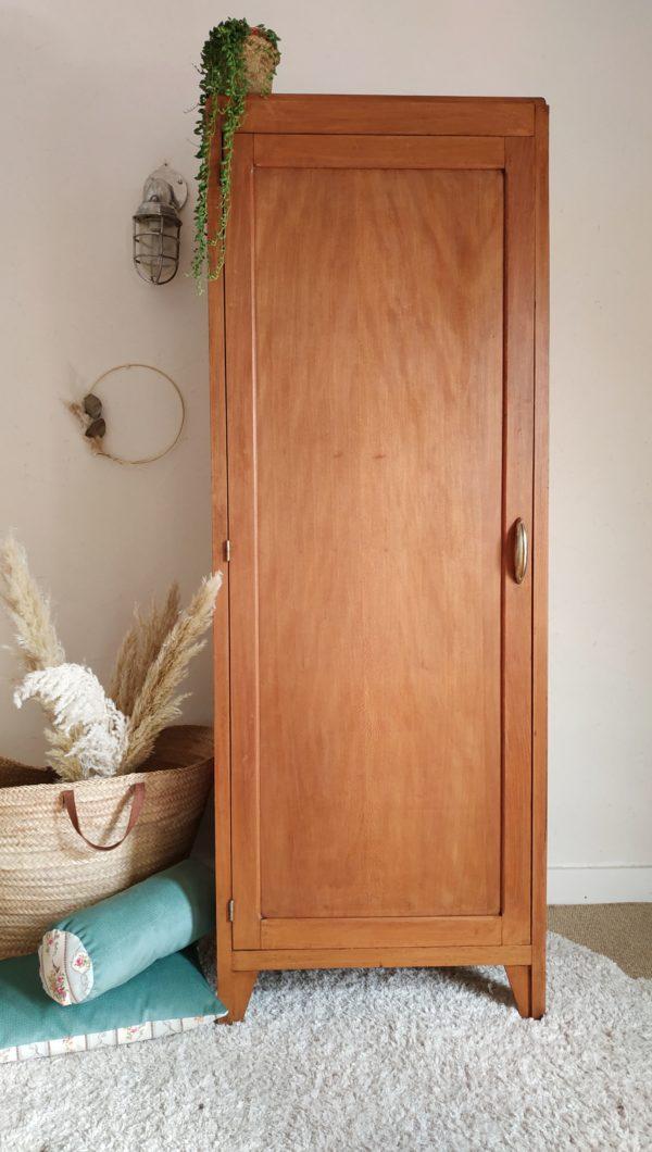 Belle armoire parisienne aux dimensions idéales perchée sur des pieds compas.