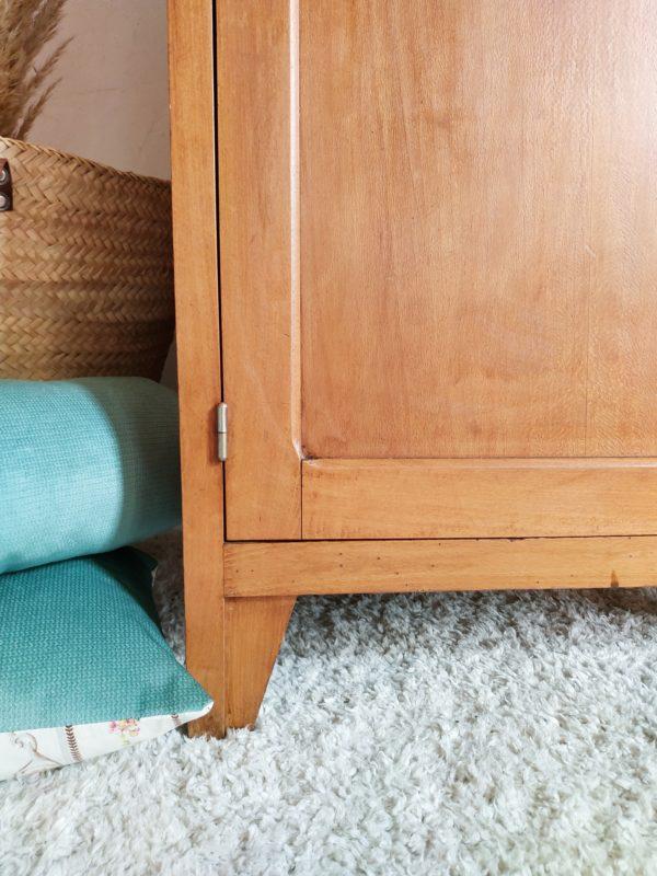 Nous aimons la ligne des pieds graphiques et ses coins arrondis de cette bonnetière en bois rétro des années 50..