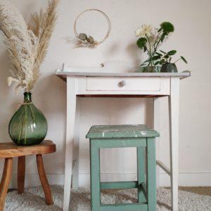 Une petite beauté débarque à l'atelier, cette table en bois massif possède un travail du bois et une patine blanche qui nous enthousiasme à son premier coup d'œil.