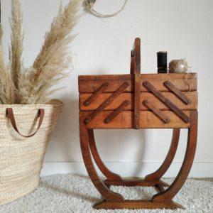 La boîte à couture vintage est en bois massif joliment juchée sur un piétement tout en courbes lui conférant un port résolument élégant dans un style pur art déco.