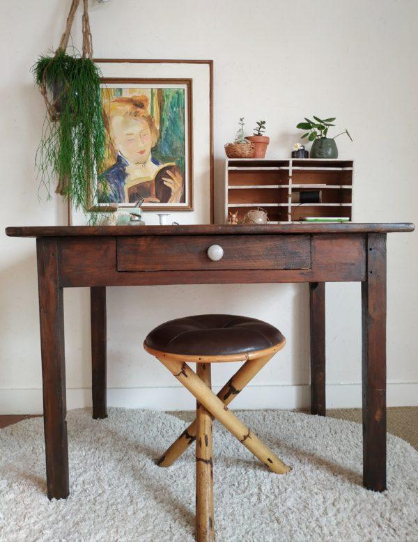 Entièrement en bois, cette table de ferme rustique est d'une très belle simplicité et possède un charme nostalgique.