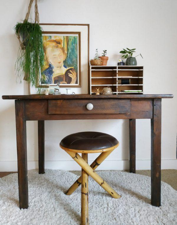 Des années 50, cette table ancienne sera parfaite dans une petite cuisine, dans une entrée pour donner une touche vintage avec douceur ou détournée en bureau au look authentique et inspirant.