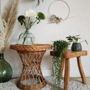 Ancien, ce petit mobilier vintage reste en très bel état avec quelques légères traces de son âge nous aimons son piétement tressé et tourné.