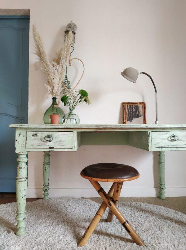 Ce bureau ancien aux dimensions xxl est une pièce de mobilier qui ne laisse pas indifférent.