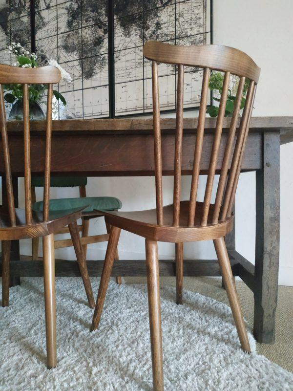 Nous imaginons de suite cette table de ferme ancienne associée à un banc de ferme et des chaises vintage dépareillées.