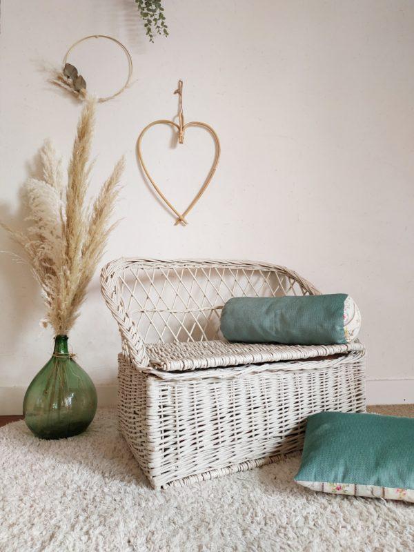 Du mobilier comme on les aime vient d'arriver à l'atelier: une banquette coffre en rotin pour enfant en osier tressé.