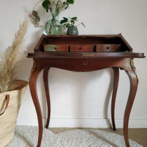 De belle facture, ce bureau vintage s'affiche avec fierté et élégance sur ses 4 pieds joliment galbés.