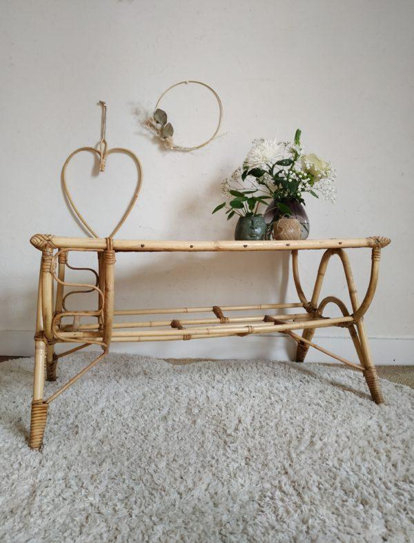 Dans un salon, cette table basse en rotin et bambou vintage insufflera une chaleur authentique et rassurante.
