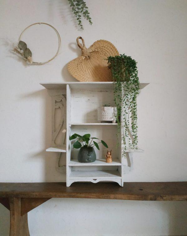 Cette petite étagère murale en bois nous a de suite charmé.