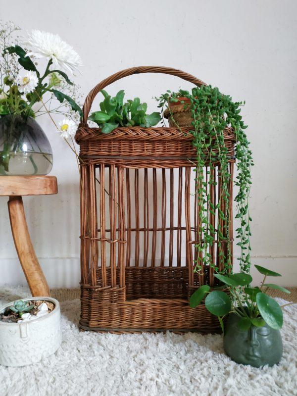 A l'origine ce petit mobilier en osier vintage tressé servait de porte-bouteilles.