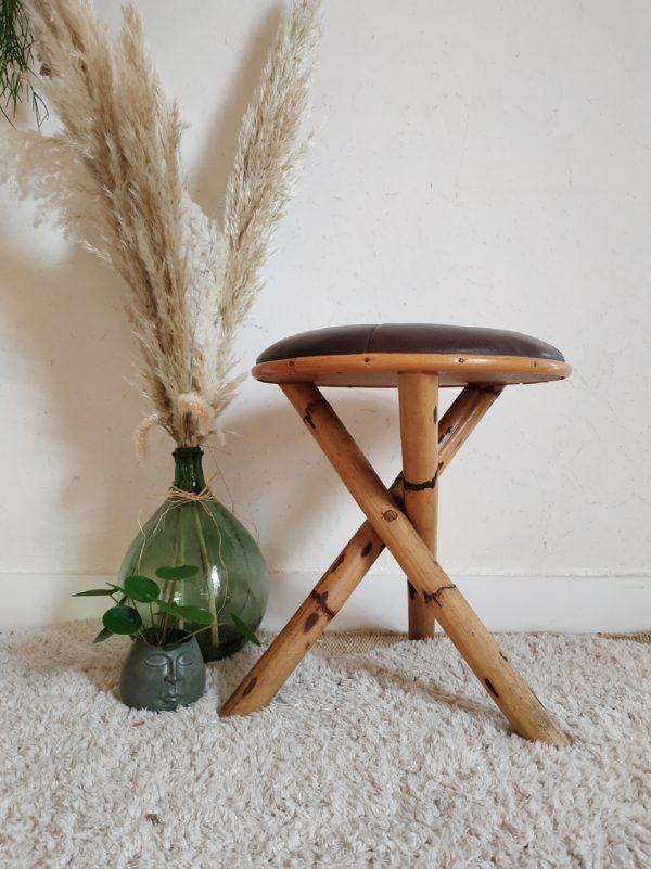 Parfait dans son rôle d'origine ce tabouret ancien en bambou et cuir sera sublime comme assise d'appoint associé à un bureau, à une coiffeuse.