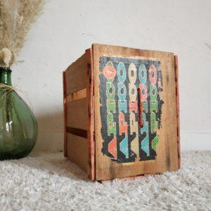 Cette ancienne caisse de transport en bois de cagettes est un bel objet de rangement unique...