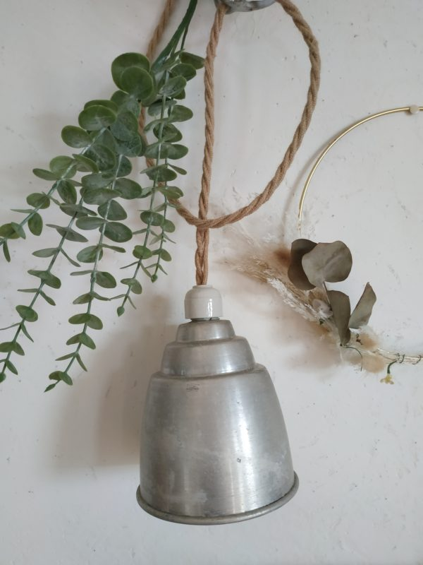 Ancienne, des années 50, cette hanging lamp reste en très bel état.