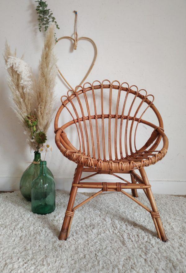 Lignes tout en finesse pour ce fauteuil en rotin vintage. Sa forme corbeille est enveloppante et confortable.