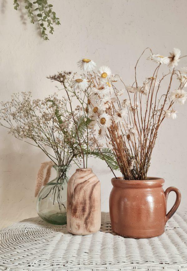 Ce pot en terre cuite respire l'authenticité et la rusticité des objets faits main.