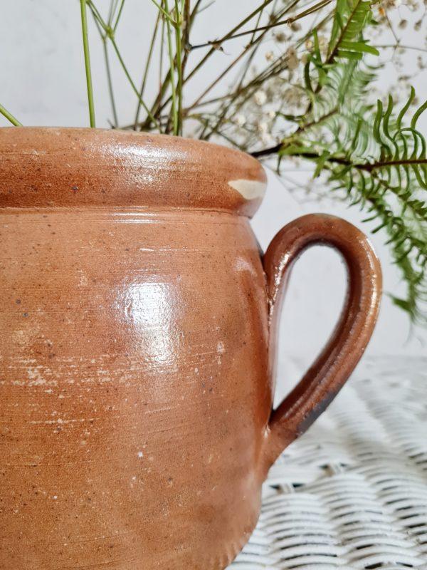 Contenant au look rustique, pour y accueillir des cuillères en bois, ou accompagné de divers pots en terre cuite sur une armoire ou des étagères dans la cuisine il égrènera un look chaleureux et charmant.