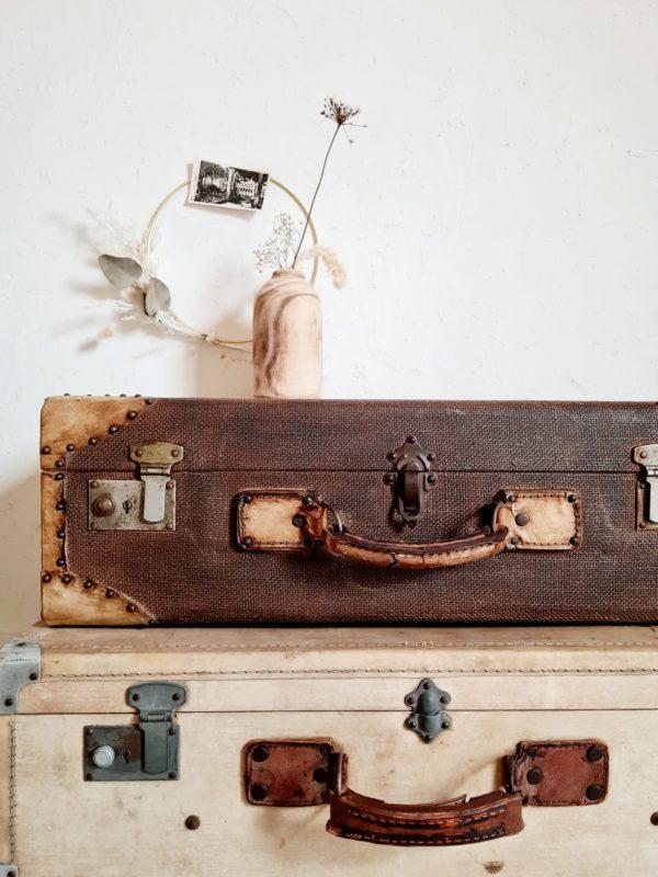 Cette malle apportera une touche déco vintage élégante dans un dressing ou dans une salle de bain.