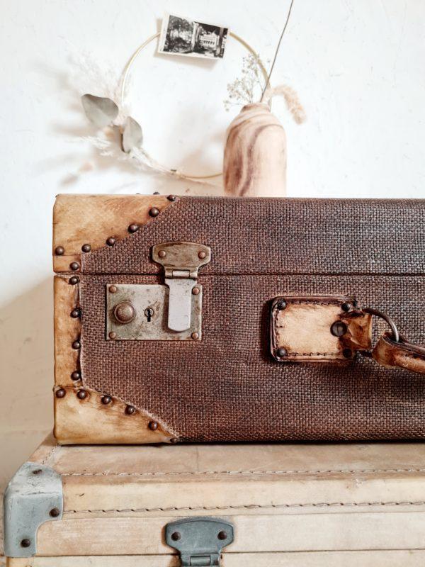 Cette grande valise rétro est renforcée par des cornières cloutées, légèreté et rigidité sont au rendez-vous