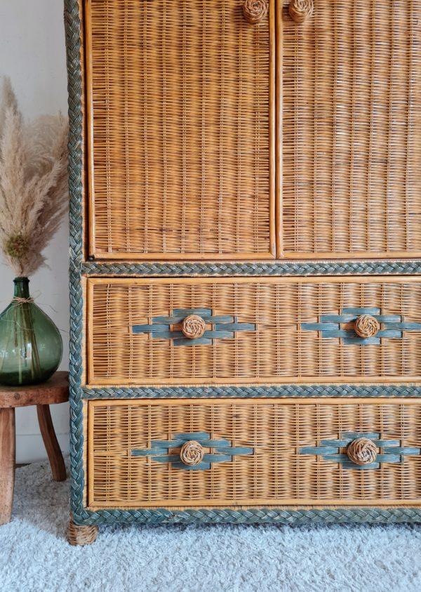 Très belle pièce de mobilier rétro que cette armoire en rotin ancienne.
