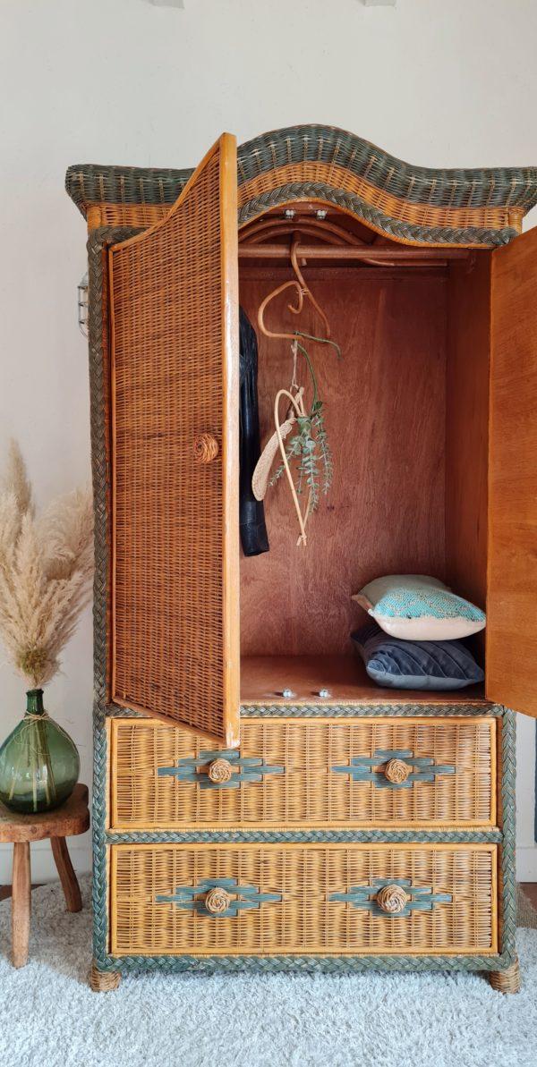 Cette armoire en rotin vintage offre une capacité de rangement intéressante avec sa penderie et ses 2 grands tiroirs.