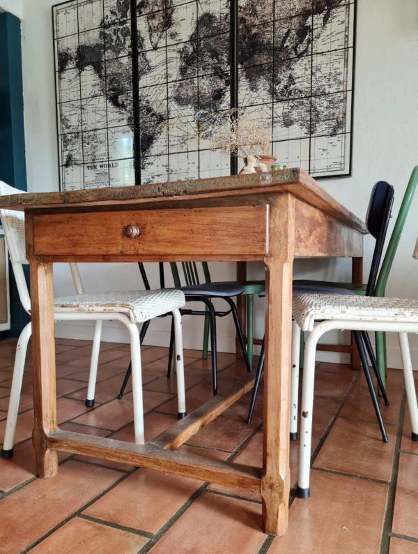 Cette table de ferme ancienne sera superbe pour recevoir avec des chaises dépareillées de style varié.