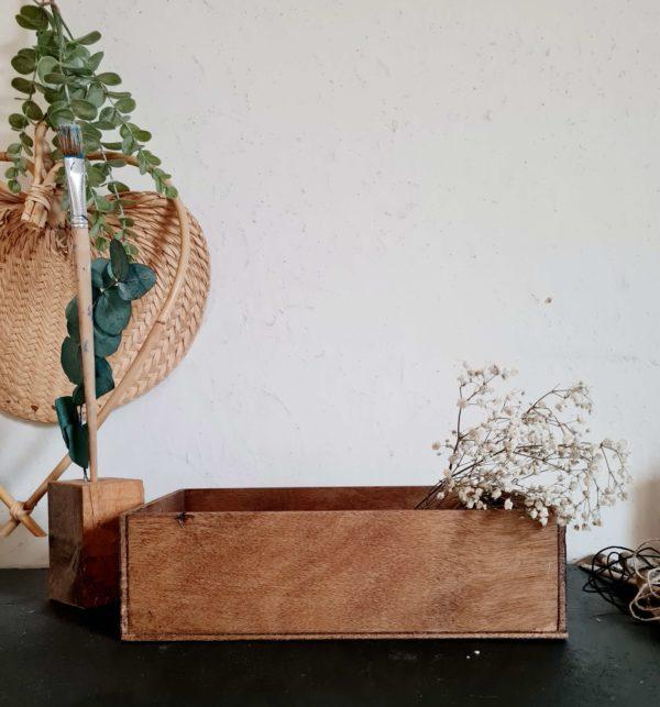 En bois ancien, et de fabrication artisanale, cette petite boîte possède une patine comme on les aime.