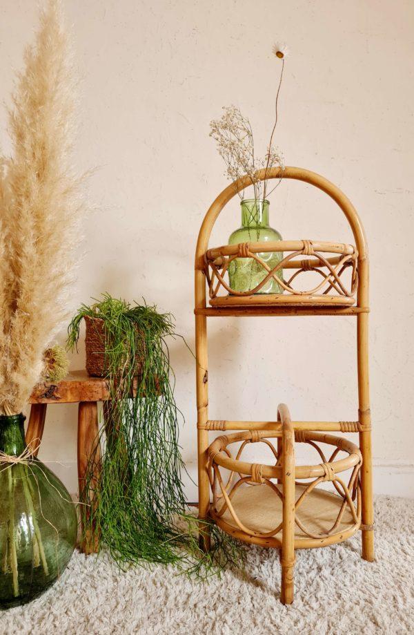 Ce porte bouteilles ou bar en rotin est une petite pièce à l'encombrement faible mais à fort pouvoir décoratif.
