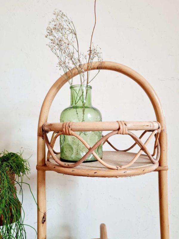 Ce petit mobilier en rotin ancien pourra rejouer son rôle d'origine mais nous aimons l'imaginer détourné en portes plantes simple et redoutable.