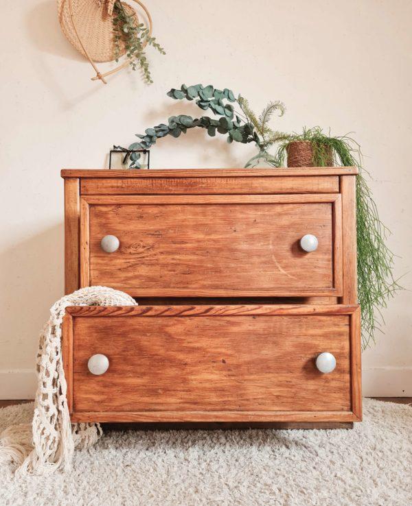 Idéal également dans une salle de bain, ce petit meuble à tiroirs rétro permet d'y ranger des serviettes ou des accessoires et produits de beauté.
