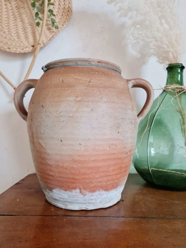 cette ancienne poterie dégage un savoir faire ancestral et nous charme d'emblée avec ses irrégularités et ses nuances couleur terre.