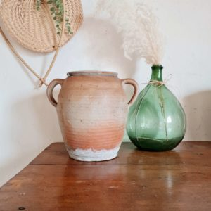 Pièce déco à elle seule, nous aimons la rusticité essentielle qui se dégage de ce pot ancien.