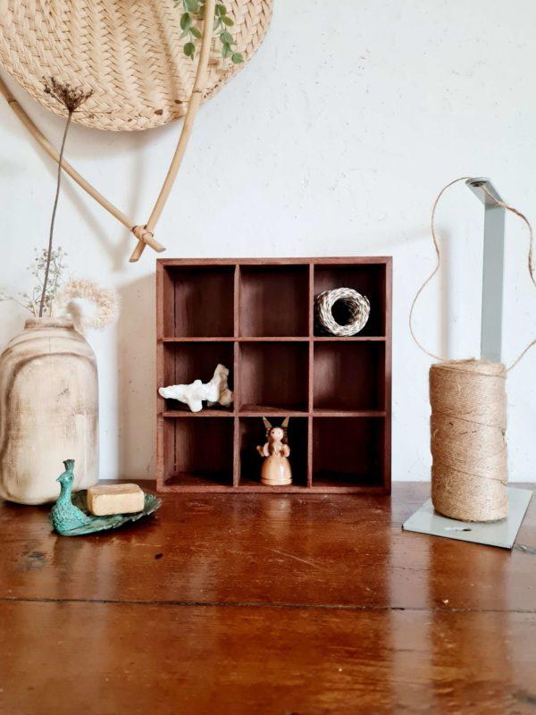 Ce casier en bois ancien sera idéal dans une salle de bains pour y présenter vos produits de beauté ou dans un atelier ou bureau pour y présenter petit matériel de travail apportant cette touche vintage décalée souhaitée.