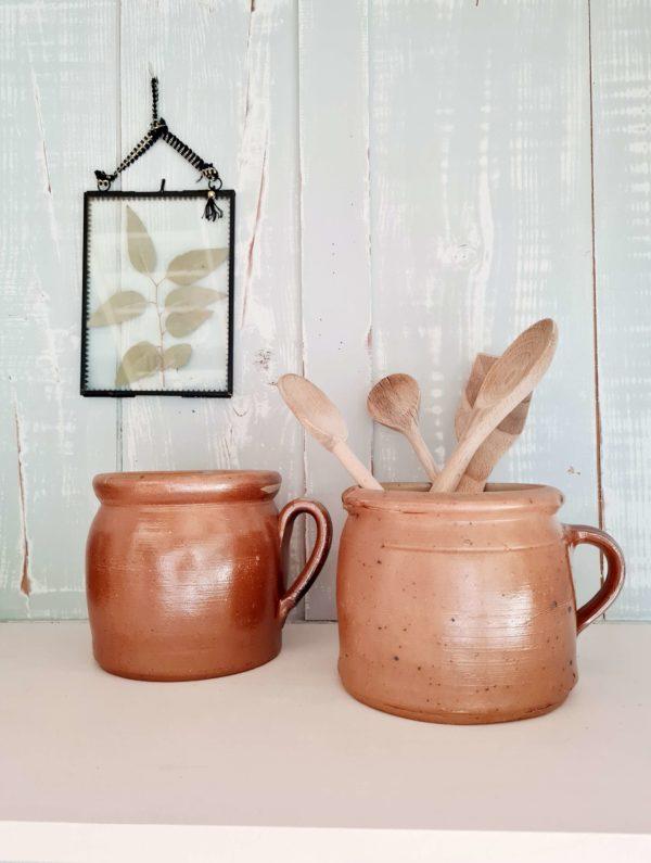 Ces pots en terre cuite respirent l'authenticité et la rusticité des objets faits main.