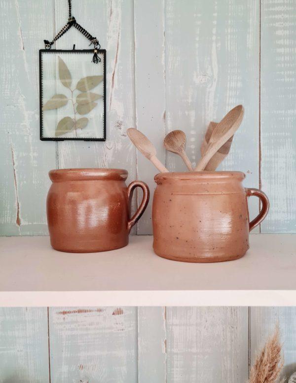 Contenant au look rustique, pour y accueillir des cuillères en bois, ou accompagné de divers pots en terre cuite sur une armoire ou des étagères dans la cuisine ils égrèneront un look chaleureux et charmant.