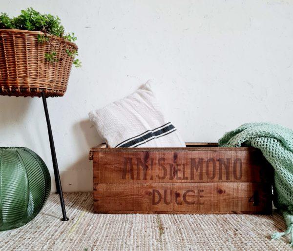 Des inscriptions sur son origine est présente, pour les gourmands cette caisse servait jadis à stocker et transporter des bonbons anis del mono.