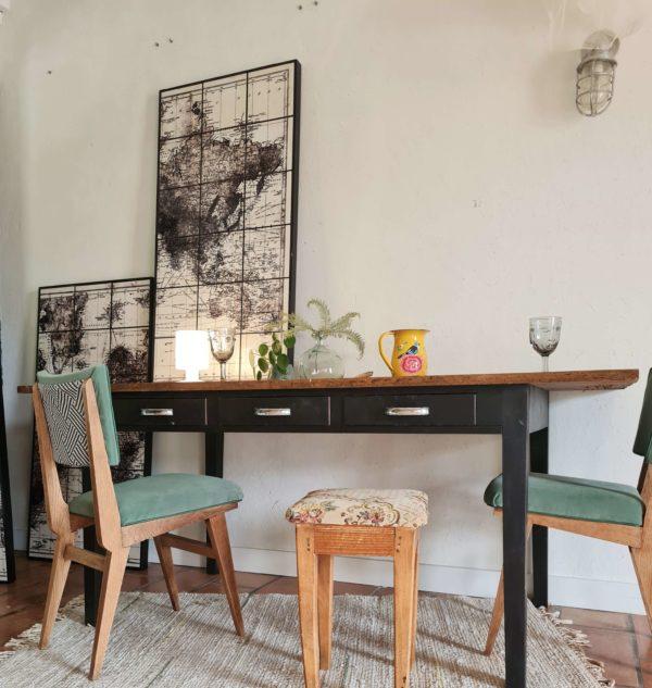 Cette belle table de métier ancienne dégage un look industriel et saura sublime adaptée en table de salle de manger avec des chaises dépareillées au look vintage et moderne.