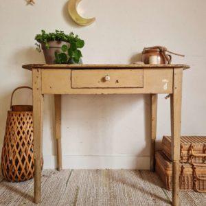 Véritable petit coup de cœur pour cette table ancienne en bois qui mine de rien nous offre deux notes singulières.