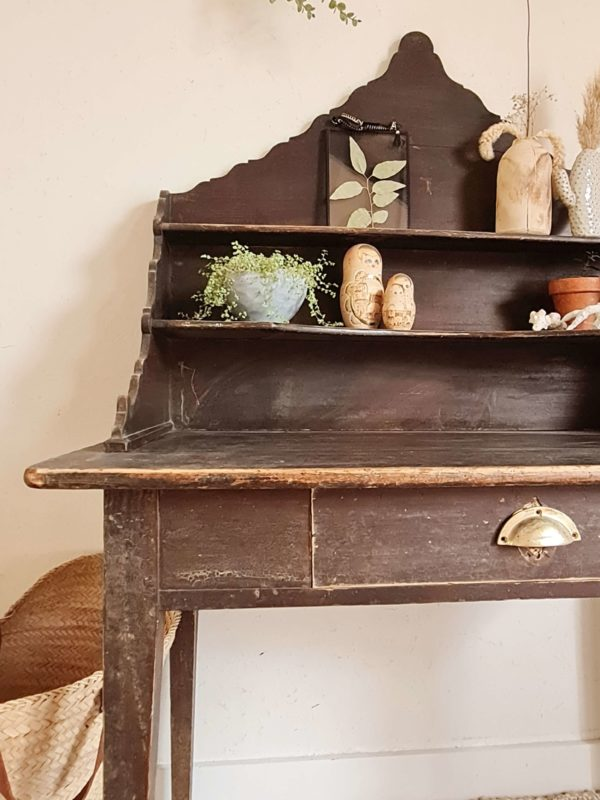 Son port authentique et sa patine noir passée font de ce mobilier vintage une pièce maîtresse qui allie authenticité des meubles rustiques et capacité de rangement très intéressante.