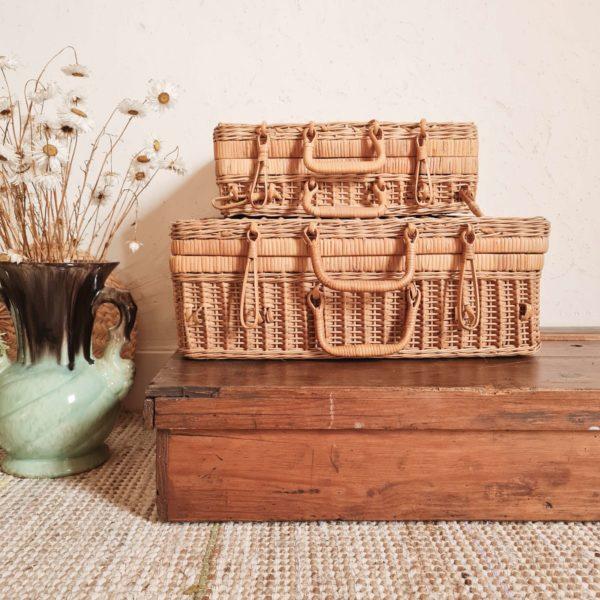 Ce coffre ancien en bois possède une patine d'origine comme nous aimons.