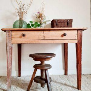 Table de ferme en bois ancienne avec un tiroir