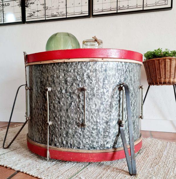 Cet instrument de musique ancien comporte de larges traces de son passé et de son utilisation et reste cependant en bel état.