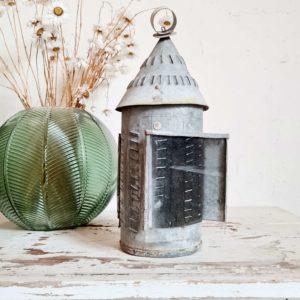 Chouette lampe de table vintage joliment fabriquée de manière artisanale pour une déco au look bohème guinguette personnel.