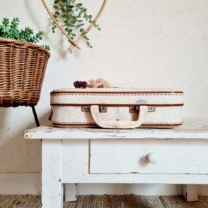 Datant des années 60, cette chouette valise arbore un joli coloris clair qui permettra de l'imaginer facilement dans son intérieur.